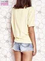 Żółty t-shirt z kolorowymi pomponikami przy dekolcie                                  zdj.                                  4